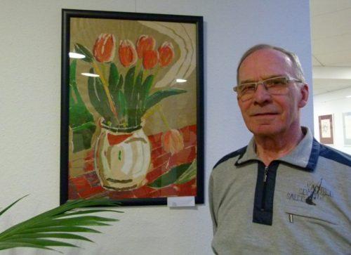 Hans-Jürgen Ebert neben einem Tulpenbild