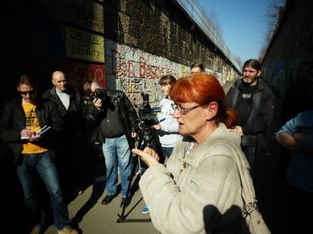 Stadtteilmanagerin Elke Koch in der Diskussion - Foto Remestvenskyy