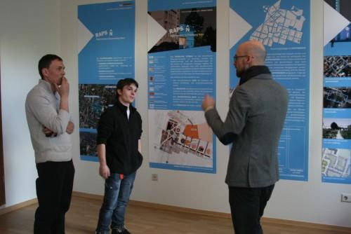 Thomas Mehlhorn vom Stadtplanungsamt Chemnitz im Gespräch mit Sonnenbergern zur hohen Quartiersbelastung des Quartiers