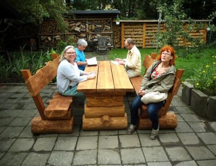 Die Jury aus Rotraud Richter, Klaus Köbbert und Peter Frank Dippold (von links) im Garten von Max Zellmer, dem Preisträger des 3. Platzes.