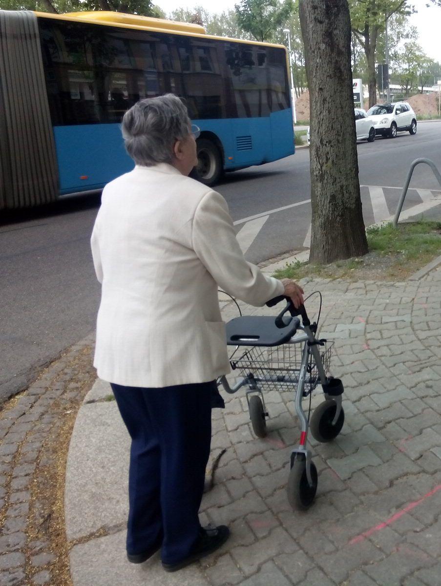 Frau mit Rollator