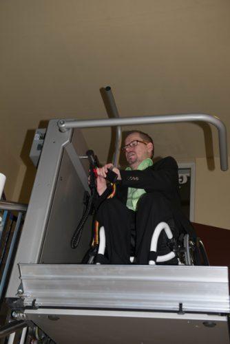 Matthias Sachse kann sein Tanzhobby im TG Saphir dank des Zusschusses aus dem Förderprogramm ausüben. Der Treppenlift wurde gebaut.
